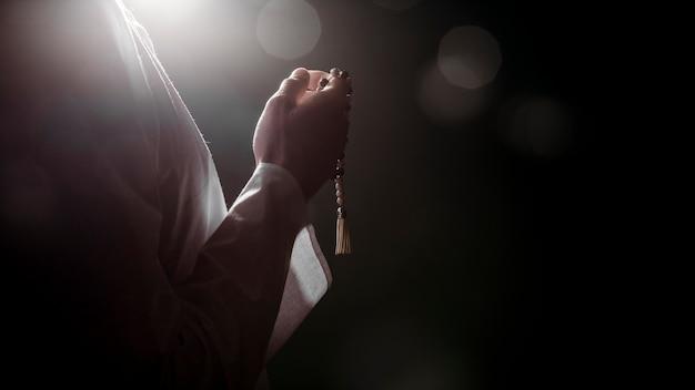 Силуэт мусульманской молящейся женщины Premium Фотографии