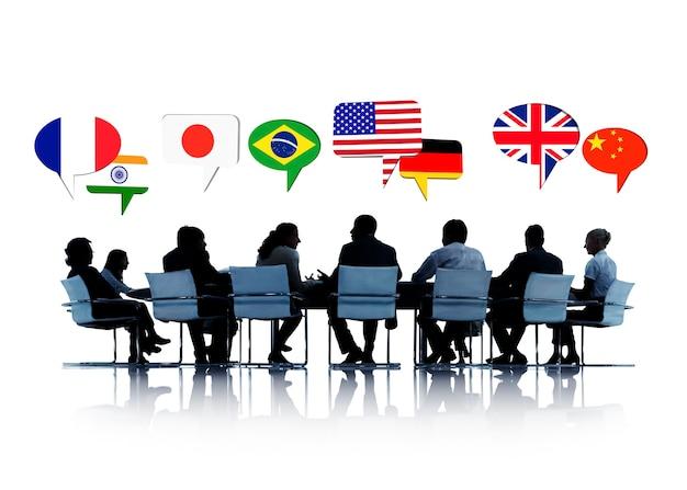 다른 나라에 대해 이야기하는 회의에서 사람들의 실루엣 무료 사진