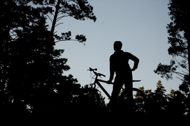 Силуэт велосипедиста на дорожном велосипеде Premium Фотографии