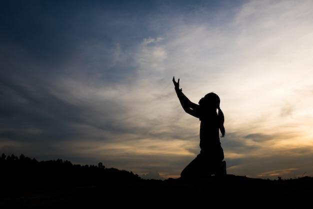 하나님과 함께기도하는 여자의 실루엣 무료 사진