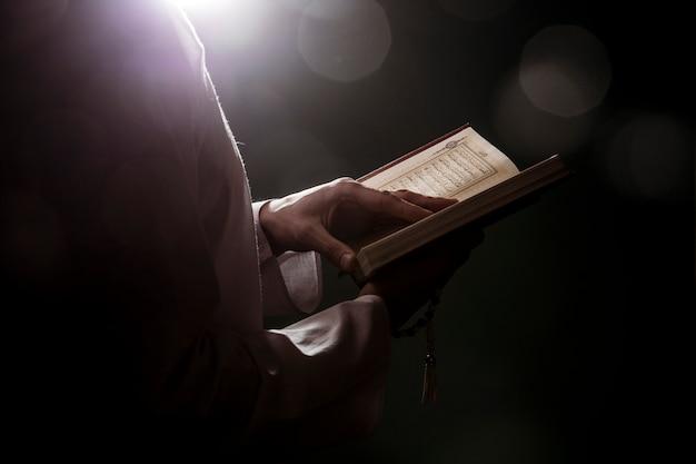 Силуэт женщины, читающей в quran Бесплатные Фотографии