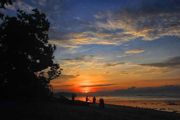 Silhouette of people playing on the beach Premium Photo