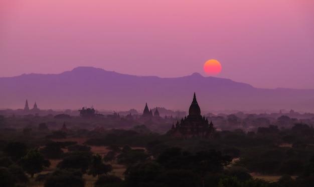 Silhouette sunset scene with pagoda field in bagan Premium Photo