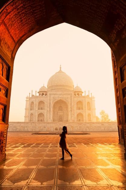 Silhouette unidentified woman tourist walking near taj mahal in agra india. Premium Photo