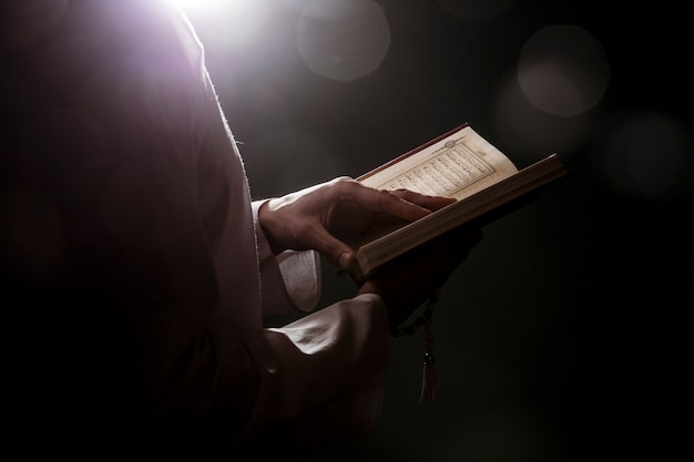 Silhouette of woman reading in quran Free Photo