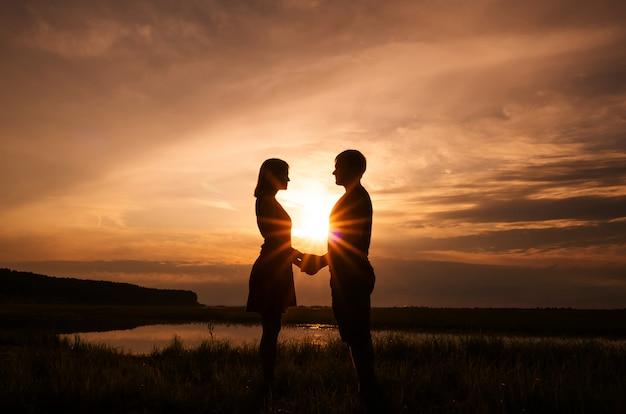 Silhouettes of a couple Premium Photo