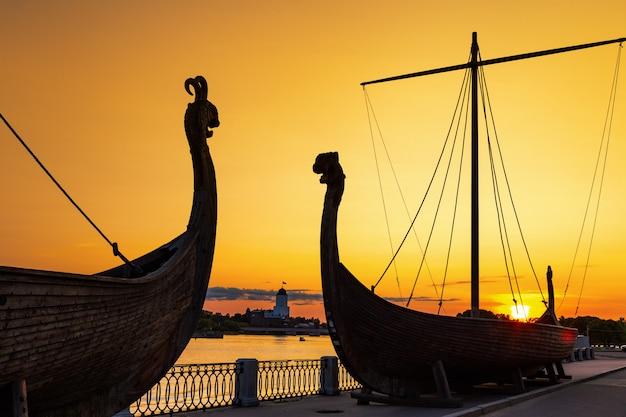 日没、ヴィボルグ、ロシアの古い船のシルエット。 Premium写真