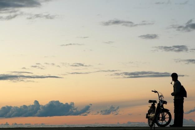人々siloueteと黄色い夕日 無料写真
