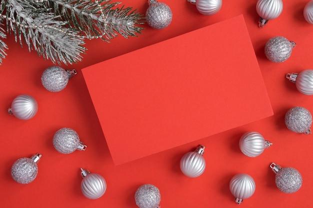 Серебряные шары и пустая красная бумага Premium Фотографии