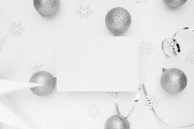 흰색 테이블에 실버 크리스마스 장식품 무료 사진