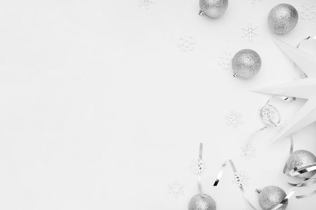 Серебряные рождественские украшения на белом столе Бесплатные Фотографии