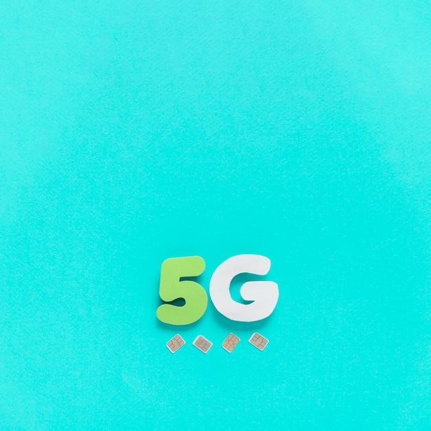 Simカードを使用した無地の背景に5gの文字 無料写真
