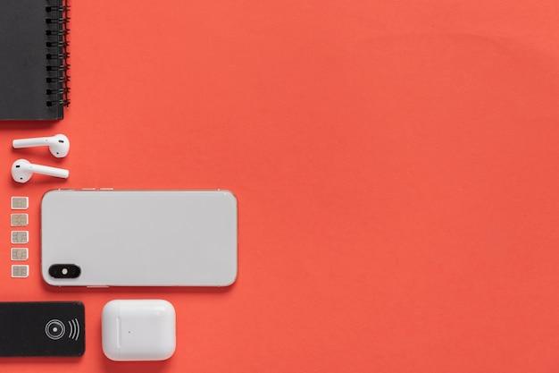 横にsimカードを備えたフラットレイフォン 無料写真