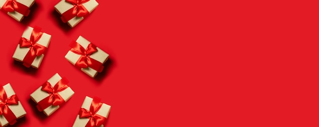 Simple, classic red and white wrapped gift boxes with ribbon bows and festive holiday decorations. Premium Photo
