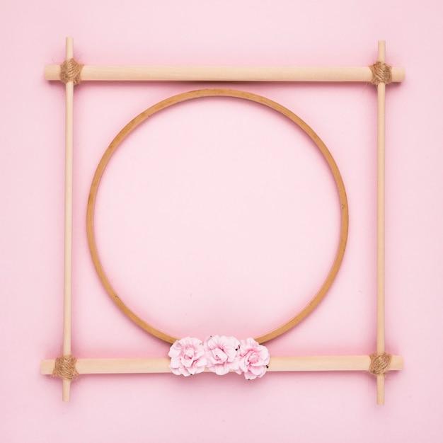 ピンクの背景のシンプルな創造的な木製空フレーム 無料写真
