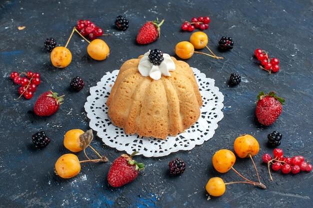 クリームとブラックベリーとダークベリーのシンプルでおいしいケーキ 無料写真