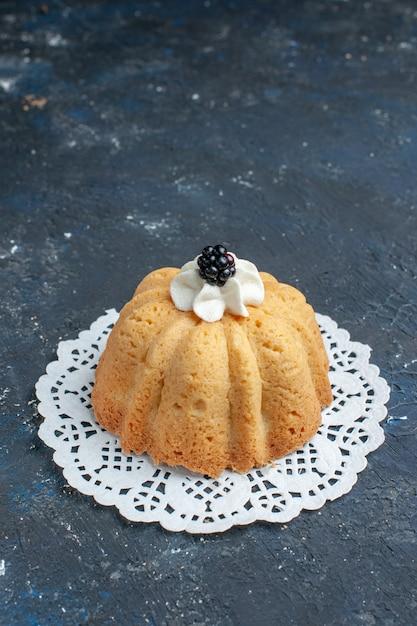 暗い机の上にクリームとブラックベリーのシンプルなおいしいケーキ 無料写真