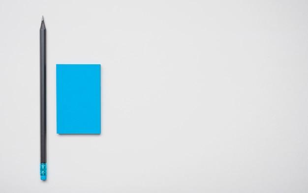 Упрощенная синяя корпоративная визитная карточка и ручка Premium Фотографии