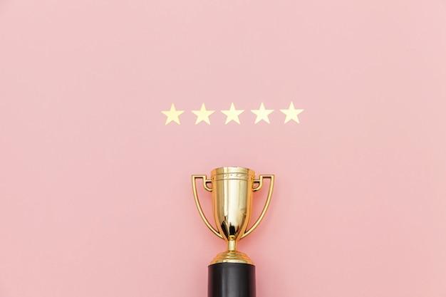 Простой победитель в плоском дизайне или золотой кубок чемпионов и рейтинг 5 звезд Premium Фотографии