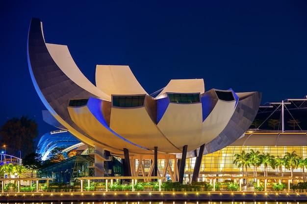 싱가포르에서 밤에 싱가포르 풍경입니다. 무료 사진