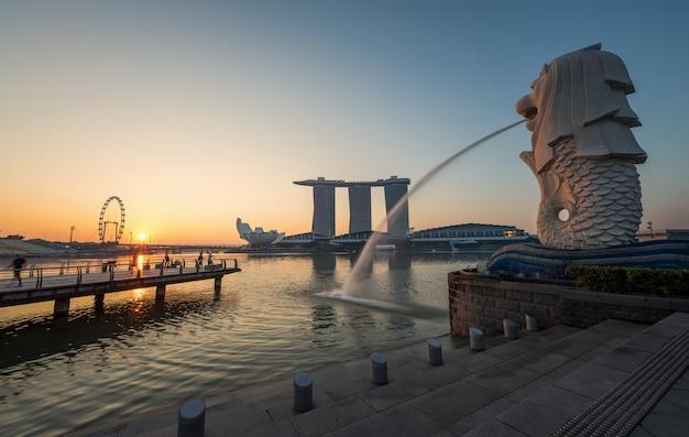 Singapore landmark merlion with sunrise Premium Photo