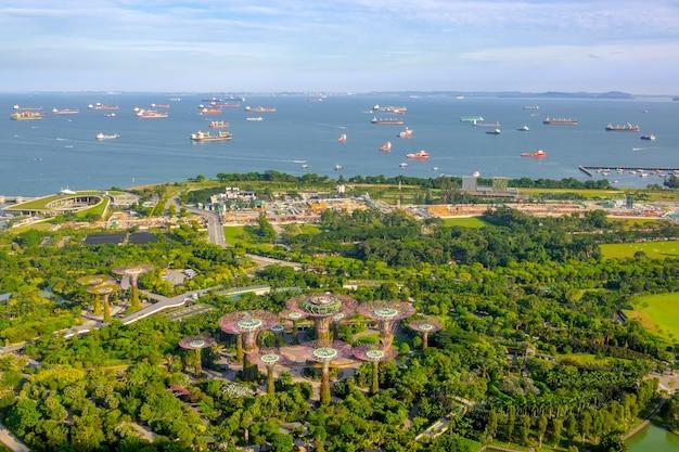 シンガポール。ガーデンズバイザベイ、スーパーツリーグローブ、船による襲撃のパノラマビュー。航空写真 Premium写真