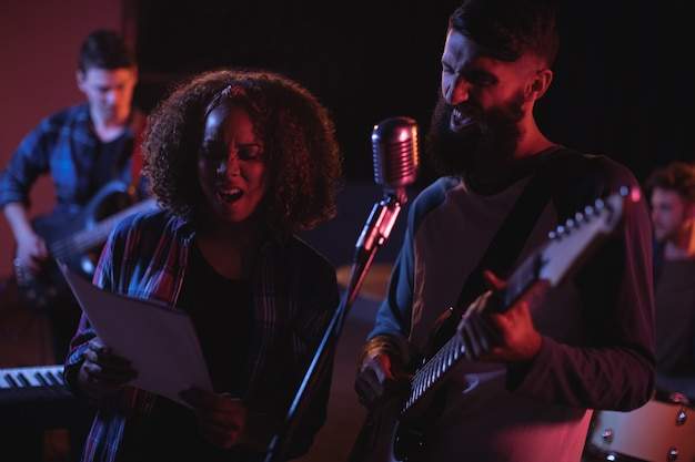 Singers singing in studio Free Photo
