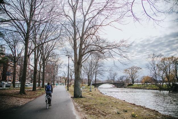 空の自転車道をクルージングするシングルサイクリスト 無料写真
