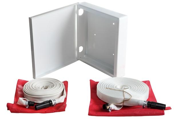 단일 재킷 소방 호스, 와이어 꼰 스팀 고무 호스, 두 개의 흰색 소방 호스 롤 및 흰색 배경에 격리 저장 컨테이너 프리미엄 사진
