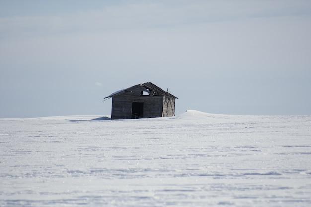 昼間の冬の単一の木造コテージ 無料写真