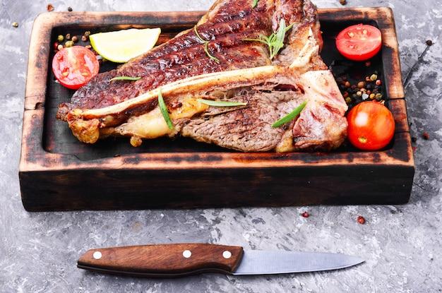 Sirloin steak on cutting board Premium Photo