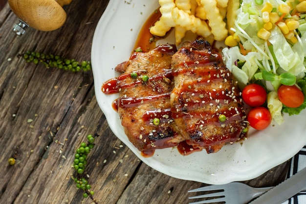 Sirloin steak on a plate on a wooden table Premium Photo