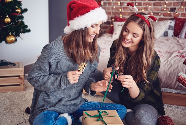 寝室で贈り物を詰める姉妹 無料写真