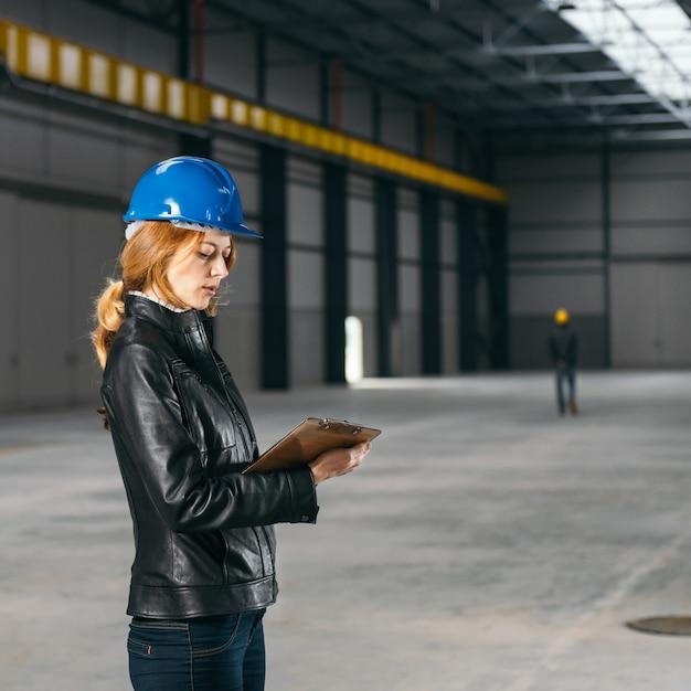Site inspector making notes Premium Photo