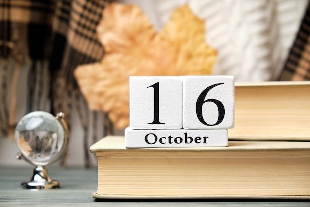 Шестнадцатый день осеннего календарного месяца октябрь. Premium Фотографии