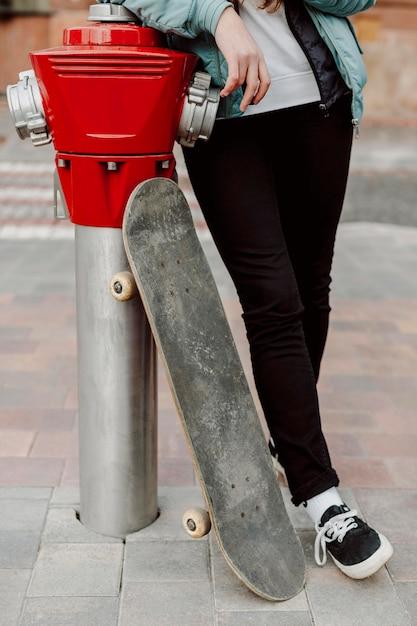 Ragazza pattinatrice nell'urbano Foto Gratuite