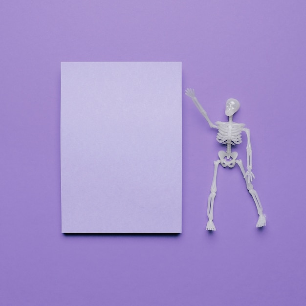 Skeleton pointing a blank space for text with halloween vibes Free Photo