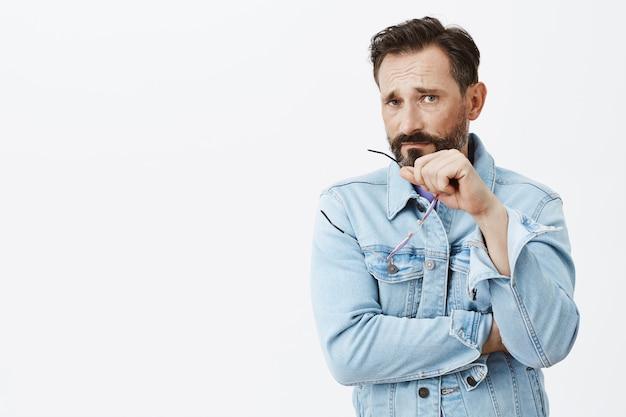 Uomo maturo barbuto scettico e deluso in posa Foto Gratuite