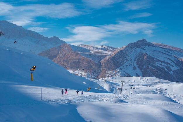 Stazione sciistica per il turismo invernale in montagna Foto Gratuite
