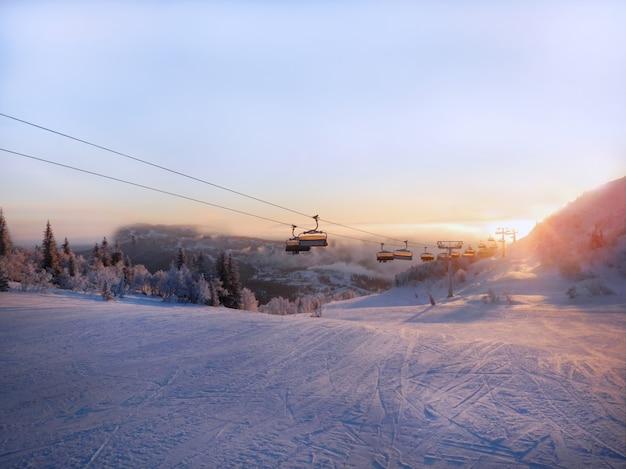 Горнолыжный склон и канатная дорога на рассвете. Premium Фотографии