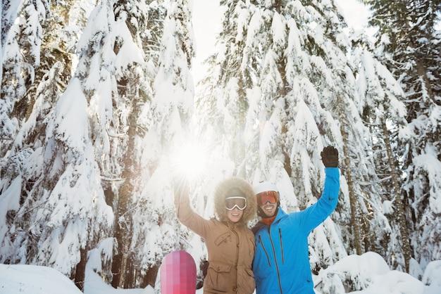 Coppia di sciatori agitando le mani Foto Gratuite