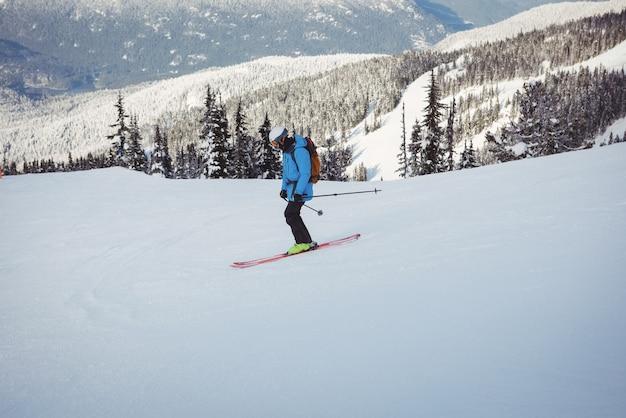 雪山でスキーをするスキーヤー 無料写真