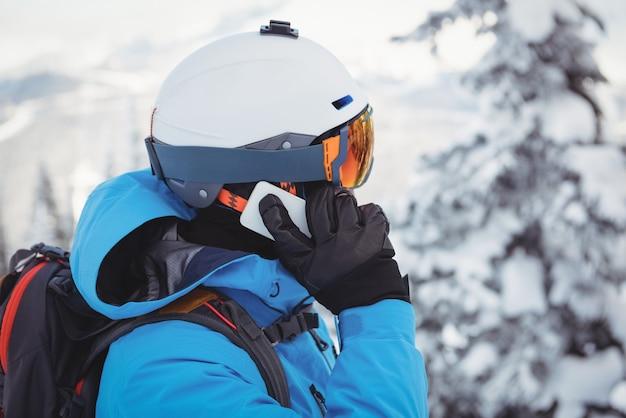 Лыжник разговаривает по мобильному телефону Бесплатные Фотографии