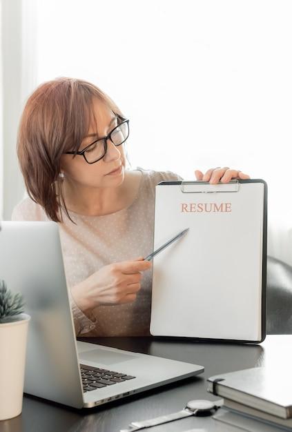 온라인 의사 소통, 거리 공부 또는 채용 사무실에서 일하는 숙련 된 중년 여성. 프리미엄 사진