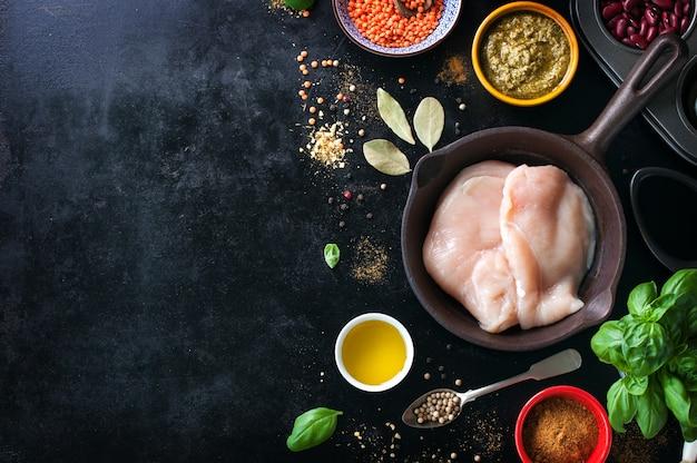 치킨 필레와 다양한 향신료를 곁들인 프라이팬 무료 사진