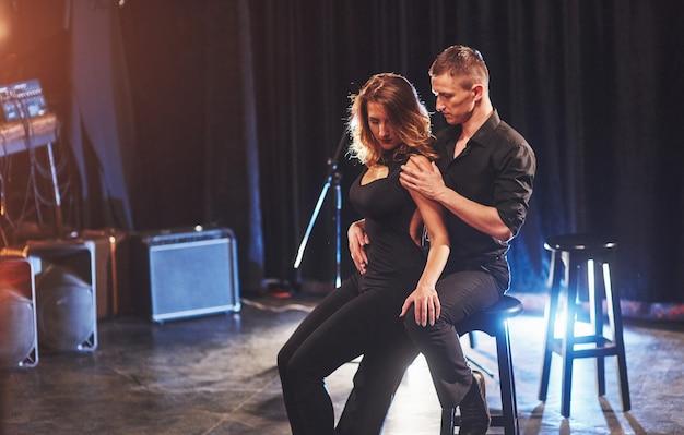 光の下で暗い部屋で演奏する熟練したダンサー。初恋、情熱、エレガンスのアートコンセプト。バレンタイン・デー。 無料写真