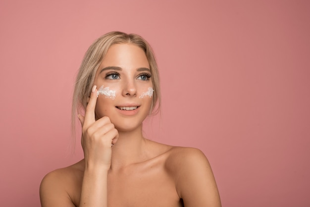 Skin care concept with beautiful woman Free Photo