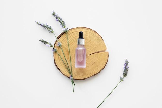 皮膚の油と花のフラットレイアウト Premium写真