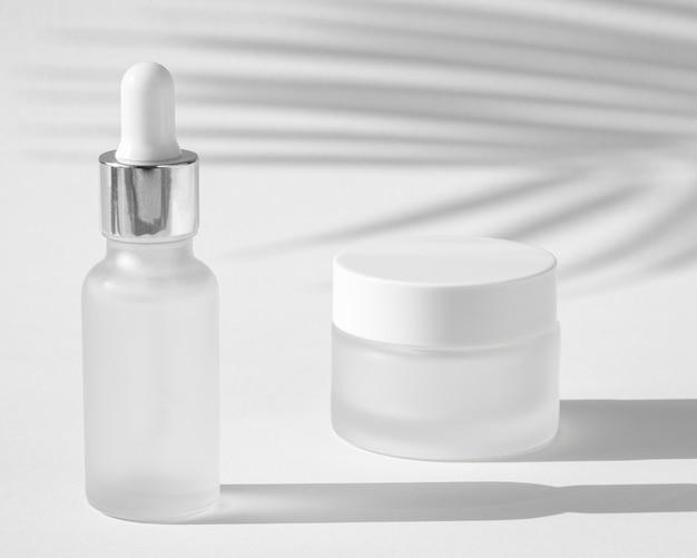Composizione contagocce olio per la pelle e crema per il viso Foto Gratuite