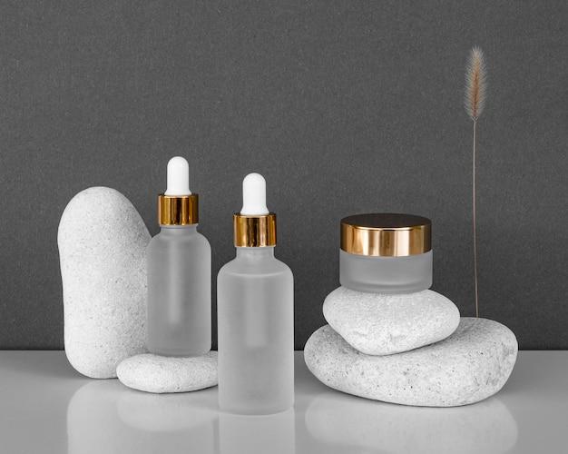 Disposizione dei contagocce dell'olio della pelle e dei destinatari della crema per il viso Foto Gratuite
